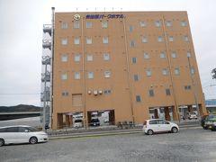今回は気仙沼パークホテルに泊まった。翌朝撮影。津波に備えてだろう。1階部分は駐車場になっていて、フロントは2階にある。