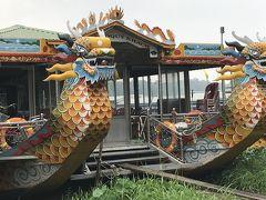 学校を出て 道を渡って フォン川のボートクルーズへ ドラゴンボートに乗ります