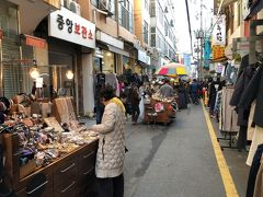 更に進んでいくと道路には露店がいっぱいだしお店も沢山。 来るまで気が付きませんでしたが、国際市場の一角だったんですね。