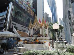 「ターウ・アマリン」  アマリンプラザ前にあります。ビジネス、厄除けの神様。緑色のインドラ神が祀られています
