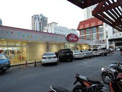 UFM Fuji Super(フジスーパー) BTSプロンポン駅から歩いてすぐの所にあります。この辺りにはタイ在住の日本人が多く住んでいるそうで、お店でも日本人の買物客を見かけました。