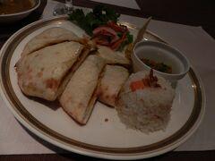 """「マサラクルチャランチ」  """"マサラクルチャ""""とは、野菜の入ったタンドリーパンなのだそうです。"""