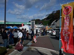 テレビ中継されるくらい有名なイベントということもあり、関西地区や中部地区から来る人も多いです。2日間で6~7万人が来場するとか、でも駐車場は1000台もないんですけど、本当でしょうか。このエリア、海ぎりぎりまで山が迫っていて、平地が少ないんです。食堂や鮮魚店、旅館が並び、一応温泉も出ます。セイコガニ汁が600食限定で500円  、9:30と13:30に整理券が配られて、大人気だそうです。