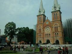 次はサイゴン大教会へ。 改装工事中で、外観だけ見学・・・。