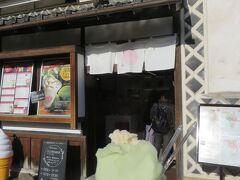 くらしき桃子総本店 フルーツパフェが魅力的ですが、 お値段と大混雑なのでカフェには入らずアイスクリームをいただきました  シャインマスカットと清水白桃のダブル シャインマスカットはちょっと甘味が強い  くらしき桃子総本店 http://kurashikimomoko.jp/index.html