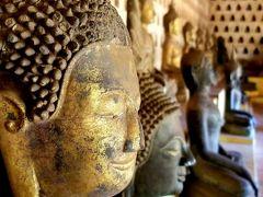 回廊にはずらりと大小さまざまな仏像が並んでいます。