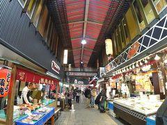 まずはバスに乗って近江町市場へ行きました。 もう、市場内の人気の回転寿司やさんとかはすごい行列です。