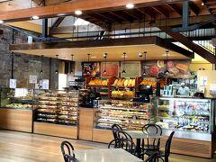 朝食はサラマンカへ入っている ベーカリーにしました。  他にも、朝食をやっているカフェが2件程ありました。  ショーケースの後ろにも、美味しそうな 焼き立てパンが並んでいます。