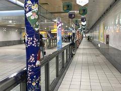 レッドラインで美麗島駅で乗り換えて、オレンジラインの西子湾駅へ。  構内の雰囲気、何か馴染みが事あるなーと思ったら嵐電とコラボしているんですね。 嵐山駅の装飾と一緒だ♪