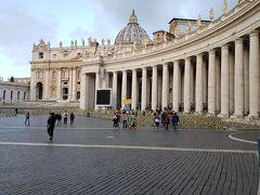 サンピエトロ広場です。 朝早いせいか、まだ人もまばらです。