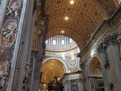 なんといってもこの天井の高さ。 そして天井1つ1つに絵があり、柱には彫刻があり、、、 見上げていると倒れそうになりました(笑)