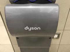 香港国際空港に到着して、取り敢えずビールを捨てにトイレに入りました。 此処の乾燥機は何と! ダイソンでは有りませんか?凄い!