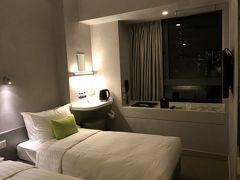 旺角のホテルは19階の部屋でこじんまりして清潔で機能的です。難を言えば、部屋に冷蔵庫が有りません。寝酒のビールが冷やせない。持って帰ったらすぐに飲まないと。