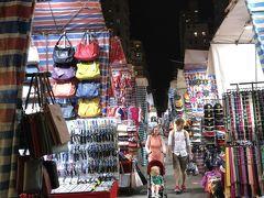 ネイザンロードを1本西に入ると女人街や男人街が有ります。アジアの夜市のようです。