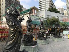 この本殿前の庭には12支の干支をブロンズ製の擬人化した立像が干支順に並んでいます。