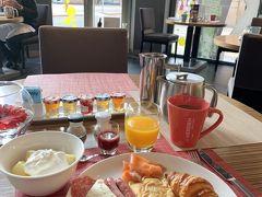 【 4月30日(火) 】  バルセロナ2日目(世界一周旅3日目)  美味しいバレンシアオレンジのフレッシュジュースから、爽やかな朝が始まりました。 ルメリディアンの朝食バイキングは、種類豊富で美味しぃ♪ 生ハムやチーズの種類も豊富でしたが、生ジュースがヤバイ! イチゴのジューズも濃厚でした。