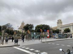 バルセロナの拠点となるカタルーニャ広場。 朝は、リムジンバスから、観光バス、公共バスまで停まってました。  この時間はかなり曇ってますが、この後、晴れてきます。 気温は15℃位なので、スプリングコートの下に薄手ダウンベストを着てます。