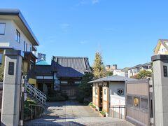 芝増上寺子院群のひとつの戒法寺。 江戸中期の読本作者の高井蘭山の墓があるようですが、場所は分かりませんでした。