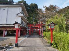 さてこの後は、津和野城址を目指してみることにしました。山口線の鉄橋をくぐった先から「太皷谷稲成神社」へ続く参道があり、それを通った方が近いのです。