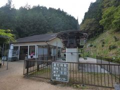 そこから少し坂道を下った場所から、「津和野城址」へ向かうリフトが出ています。  これに乗ると、麓から歩くと滅茶苦茶大変な城址へのアクセスが一気に良くなります。