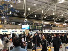ターミナルに入ったら2階の出発フロアへ。 この時点で5時55分。 電車はそれ程混んではいませんでしたが、フロアへ上がってみるとすっごい人! 結構朝の出発便多いんですね。