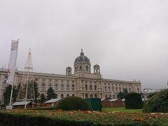 すこしあるいてマリアテレジア広場と美術史美術館が見えてきました。