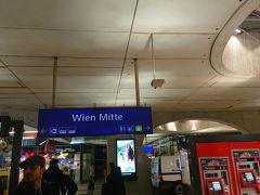 ミッテ駅到着。インフォメーションでもう一度行き方を確認。駅が広いので出口を間違えると迷うので。外は霧雨だったので傘は指さずに歩いて行きました。