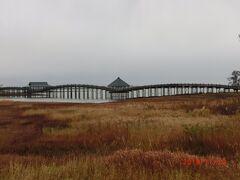 鶴が羽を広げた橋。 全長300mで木の太鼓橋で日本一。