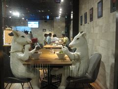 さて、2軒目は予告どおり「めーめー麺」 ヤギさんたちがなかよくお食事中ですね。