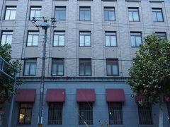 そしてもう一度「北のウォール街」と呼ばれる 昔の銀行が残るエリアを見に行きましょう。  こちらは歴史的建築物の旧三菱銀行小樽支店。 現在はバスターミナルです。