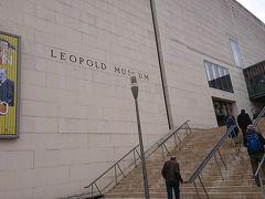 レオポルド美術館はクリムトやエゴン・シーレなどの世紀末の画家の作品をたくさん所蔵していることで有名。 今月大阪の国立国際美術館で「ウィーン・モダン  クリムト、シーレ 世紀末への道」を見たばかりです。ウィーン美術館がリニューアル中なので日本に来ていましたが、展示品のテーマはそっくりでした。 美術館の開館時間に少し並んだ人がいましたが、中は混雑していませんでした。