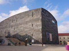 しばらくレオポルド美術館のカフェで休憩した後すぐ隣にあるルードヴィヒ近代美術館(MUMOK)に行きます。