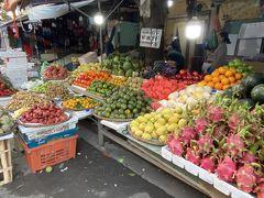 朝のホイアン市場。朝から活気があります。