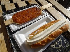 くるみダレの五平餅とソフトドッグ。 ホットドッグのパンの温度でソフトクリームがすぐ溶けてくるので、まずはソフトドッグを片付けます。 五平餅は長さ1メートルの特大サイズもあるようです。食べるのは無理だけど一度どんなものか見てみたい...