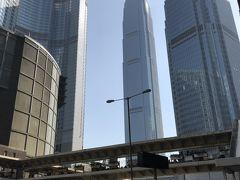 此の連絡橋を渡ればセントラル駅直結の中央に見えるのが高さ210mでifcモール(国際金融中心)です。左の高い扇形のビルがフォーシーズンホテルで右側にはホテルマンダリンオリエンタル香港です。