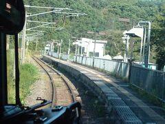 その先のトンネルで、日本海側から太平洋側になる。 最初の駅の中山宿駅通過。 かつてはスイッチバック駅だった。