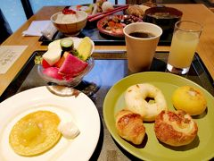 朝風呂に入り、スッキリと目覚めた後は美味しい朝食♪ 夕食と同じ「青森りんごキッチン」のビュッフェ。  この後、奥入瀬渓流を散策しますので、しっかり食べましょう。 朝もライブキッチンがあって、りんごのパンケーキをいただきました♪  ホテルの食事が本当に美味しくて、りんごドレッシングやりんごジャムをお土産に買って帰りました。もちろん、シードルも。