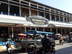先に朝ごはんを食べようと思って、朝市をやっているMaharaj Marketへ。 場所は原始人の信号機がある交差点から西に向かって徒歩数分の距離。