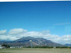 でました! とても大きな山 磐梯山ですね! 初めて見ました! 丁度紅葉の時期で、山麓は一様に色づいていました (^◇^)
