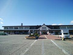 東京を発つ事4時間程で会津若松に到着~ 長かった っていうか、昼になってるから急いで観光せねば!  ※この駅前の会津バス売場(8:00-17:00)で、到着すぐに予約していた明日の福島バス物語のチケットを受け取りたかったのだけど、売店のおばちゃんが予約客だと思わなかったのか、「販売は当日!」と言って聞かなかった。。。 福島バス物語に問い合わせたら、そんなことはなく受け取れる、とのことだったので、おばちゃんの主張に負けず「予約をしていたー」と言って受け取ればよかった、のでもし今後引き換えする人がいれば注意です!