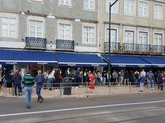 パステラリア パステイス デ ベレン。 エッグタルトで有名なお店。  すごい行列です。