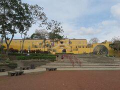 広い公園の前に国立博物館があります。