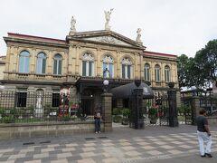 文化広場前には国立劇場もあります。 1897年に建てられた重厚な建物。