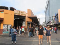 しばらく歩くと中央市場があります。