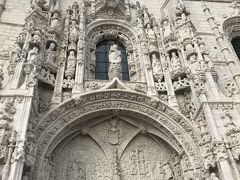 世界遺産のジェロニモス修道院へ。1584年にポルトガルを訪れたという天正遣欧少年使節団の面々がその美しさに驚愕したという壮麗な南門。聖人や聖職者などで埋め尽くされた芸術は絶頂期のポルトガルを象徴するもの