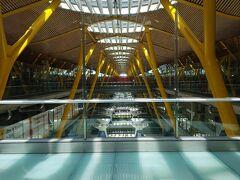マドリードのバラハス空港。近代的なデザインです。