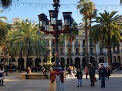続いてレイアール広場へ。ガウディがデザインした街灯だそうです。 後日、この広場にあるタブラオでフラメンコショーを見ます。