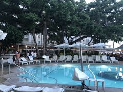 モアナサーフライダーを通り抜けてビーチに出ました。 一度は泊まってみたいホテルの一つです。