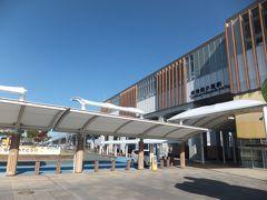 新幹線筑後船小屋駅 ピカピカの新駅舎で在来線との乗り換えは屋根のある通路で行き来します。