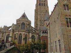 12世紀初頭にロマネスク様式で建築されたが1116年に焼失した。「トゥルネー・ゴシック」様式で改築された。北側の尖塔は崩壊後に、第二次市壁と同じく西フランデレン産の煉瓦を用いて、1361年に完成した。 (Wikipedia)